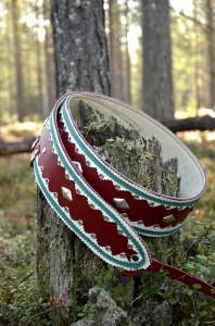 Kaunis ns. lapinvyö, jota käytetään neuleitten ja ulkoiluvaatteiden päällä. Takana on myös nahka, etteivät vaatteet rispaannu. Pituudet 100 - 150cm. Paljon värivaihtoehtoja.